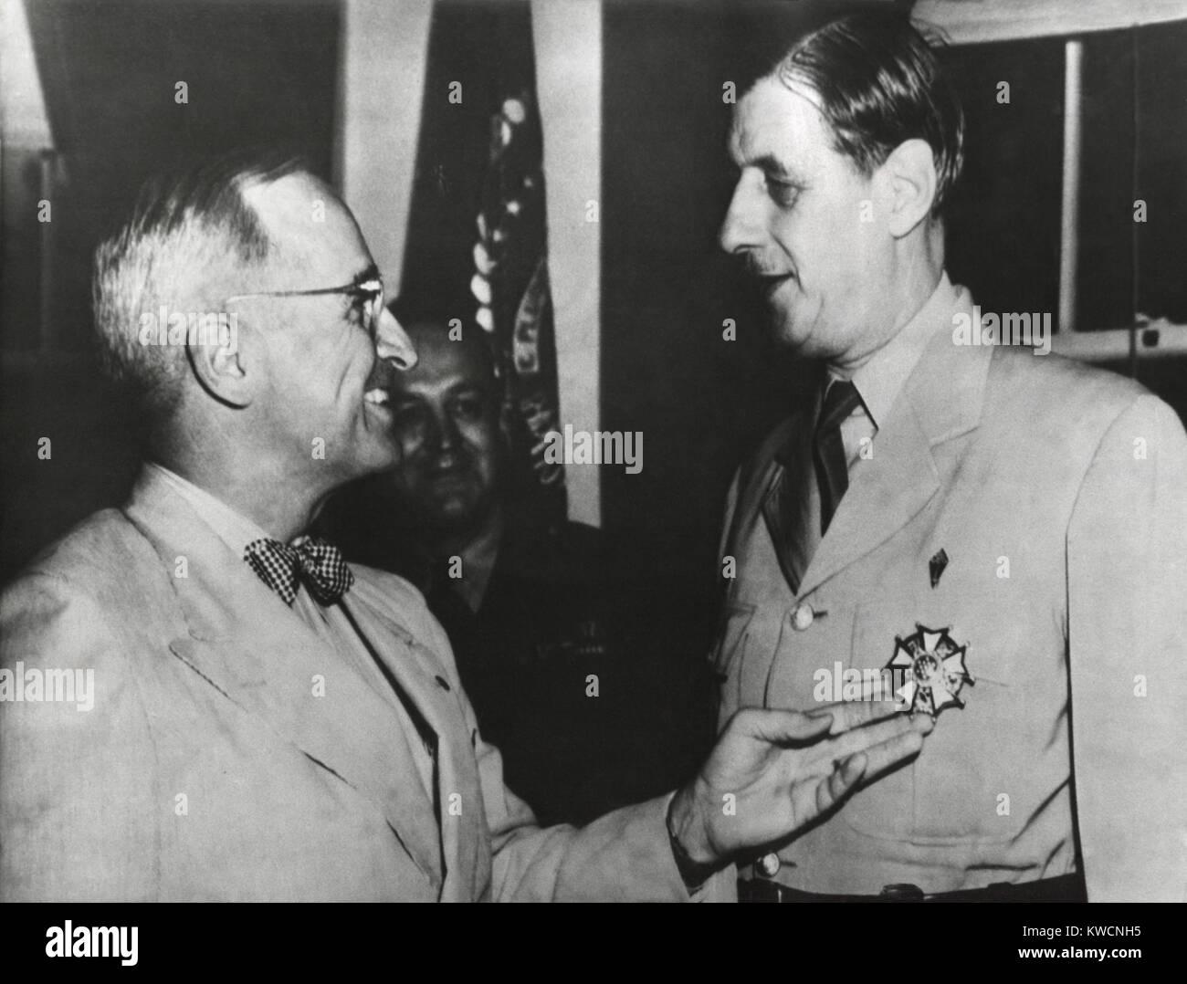 El Presidente Truman admira el grado Medalla de la Legión de Mérito que él acaba de conceder a Charles De Gaulle. Foto de stock