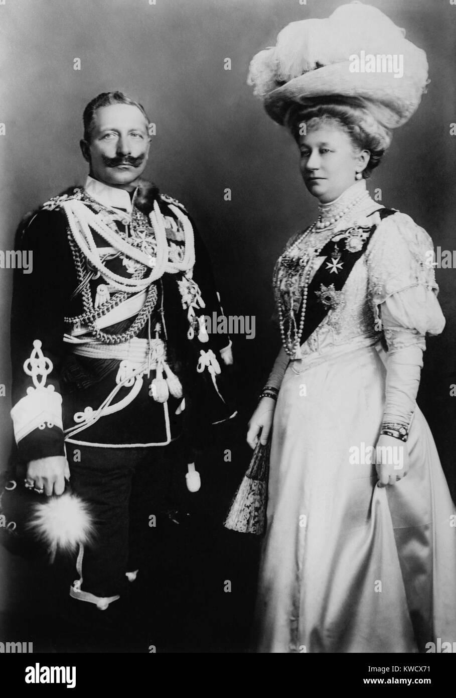 El Kaiser Wilhelm II, emperador de Alemania, y su esposa, Augusta Victoria. La foto fue tomada, durante una visita Imagen De Stock