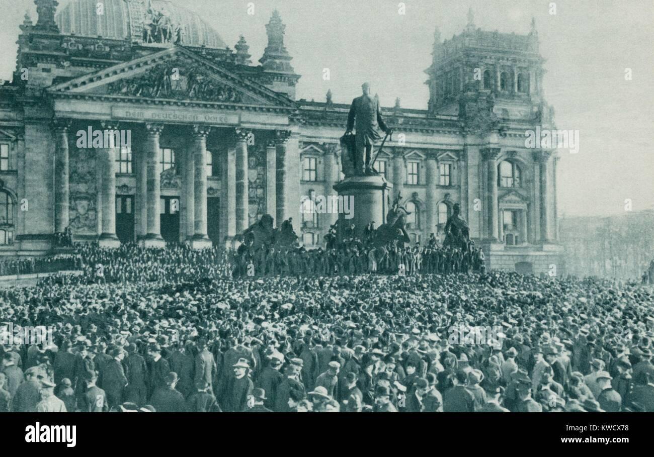 Multitud en el edificio del Reichstag, en Berlín, a la proclamación del nuevo gobierno el pasado 10 de noviembre, Foto de stock