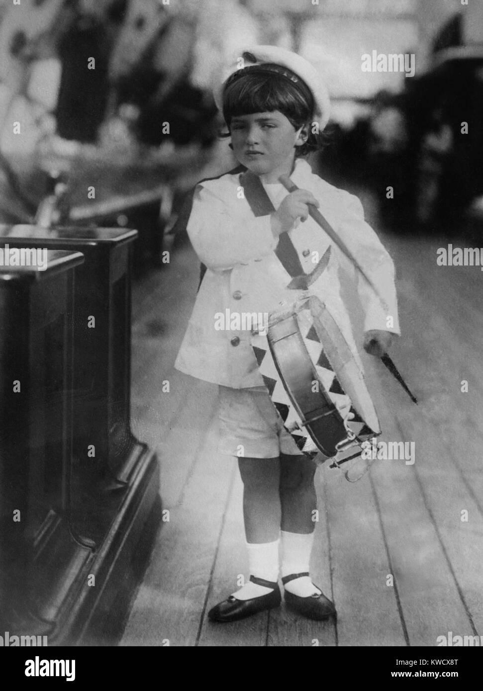 Alexei, el único hijo del zar Nicholas II y su consorte, Alexandra, 1909. Los cinco años viste un Czarevich marineros Foto de stock