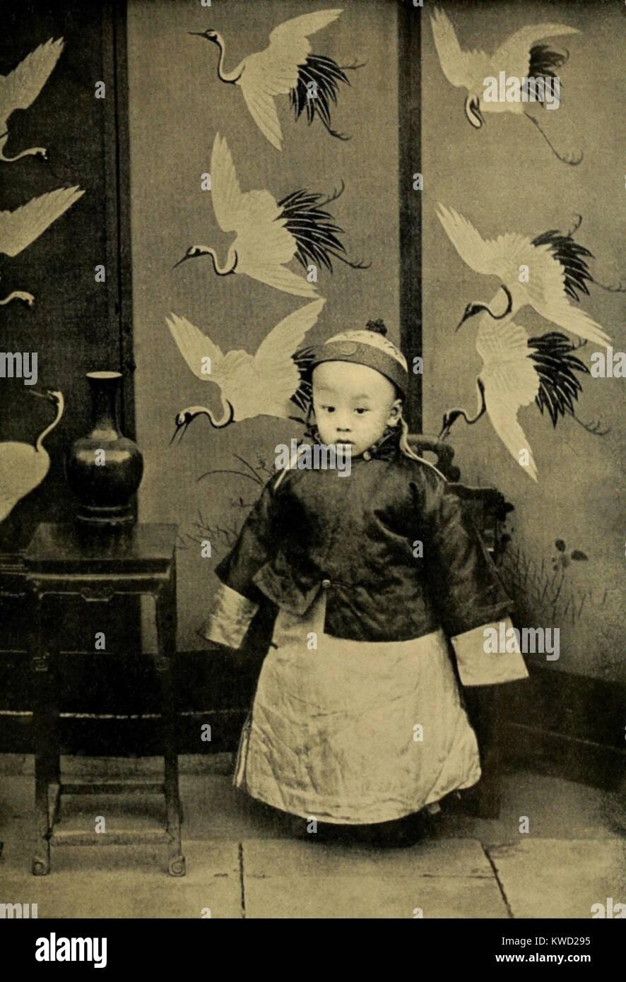Xuantong Emperador, Puyi de 3 años, en 1909. En febrero de 1912, durante la Revolución de Xinhai, fue obligado a Foto de stock