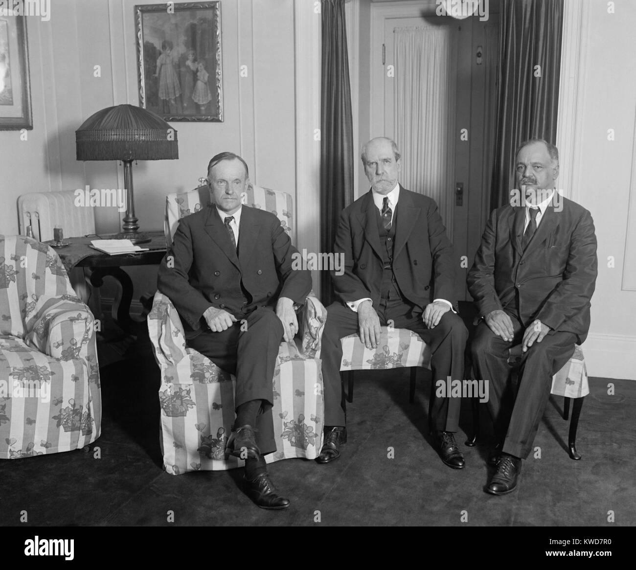 El presidente Calvin Coolidge reunión con Charles Evans Hughes y Charles Curtis, 3 de agosto de 1923. Coolidge se Foto de stock