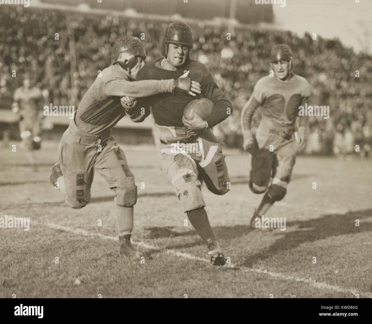 La acción de Fútbol de 1920. Cientos de espectadores ver desde los asientos del estadio. (BSLOC_2015_17_124) Foto de stock