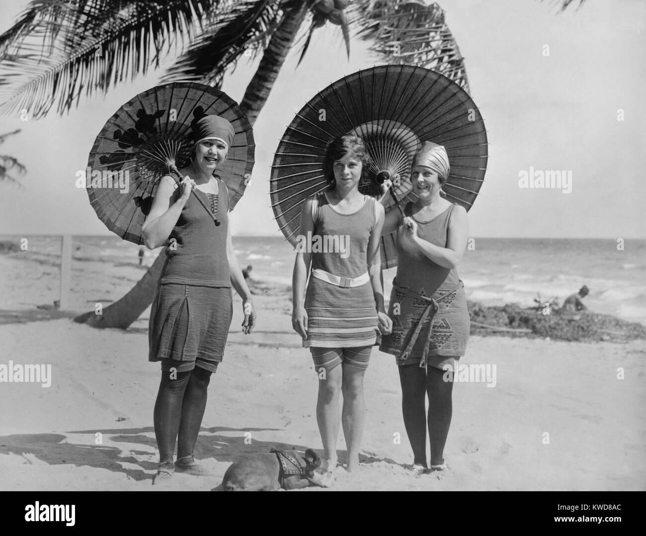 Las mujeres representan en trajes de baño en una playa de la costa oriental de América entre 1910-1920. La mujer Foto de stock