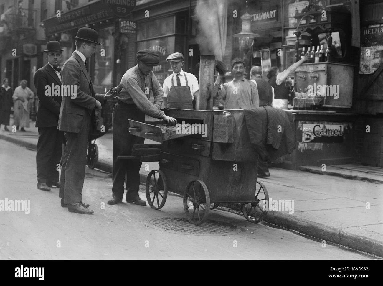 Proveedor de papas horneadas con un carrito horno en Nueva York el Lower East Side, c. 1915-20. El vecindario estaba Foto de stock