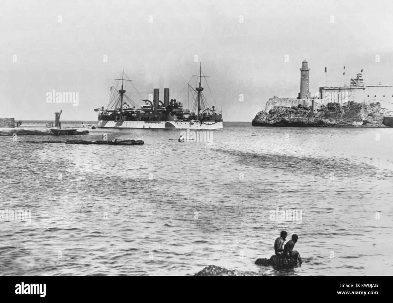 USS Maine entrando en el puerto de La Habana en enero de 1898. Ella fue enviada a proteger los intereses de los Imagen De Stock