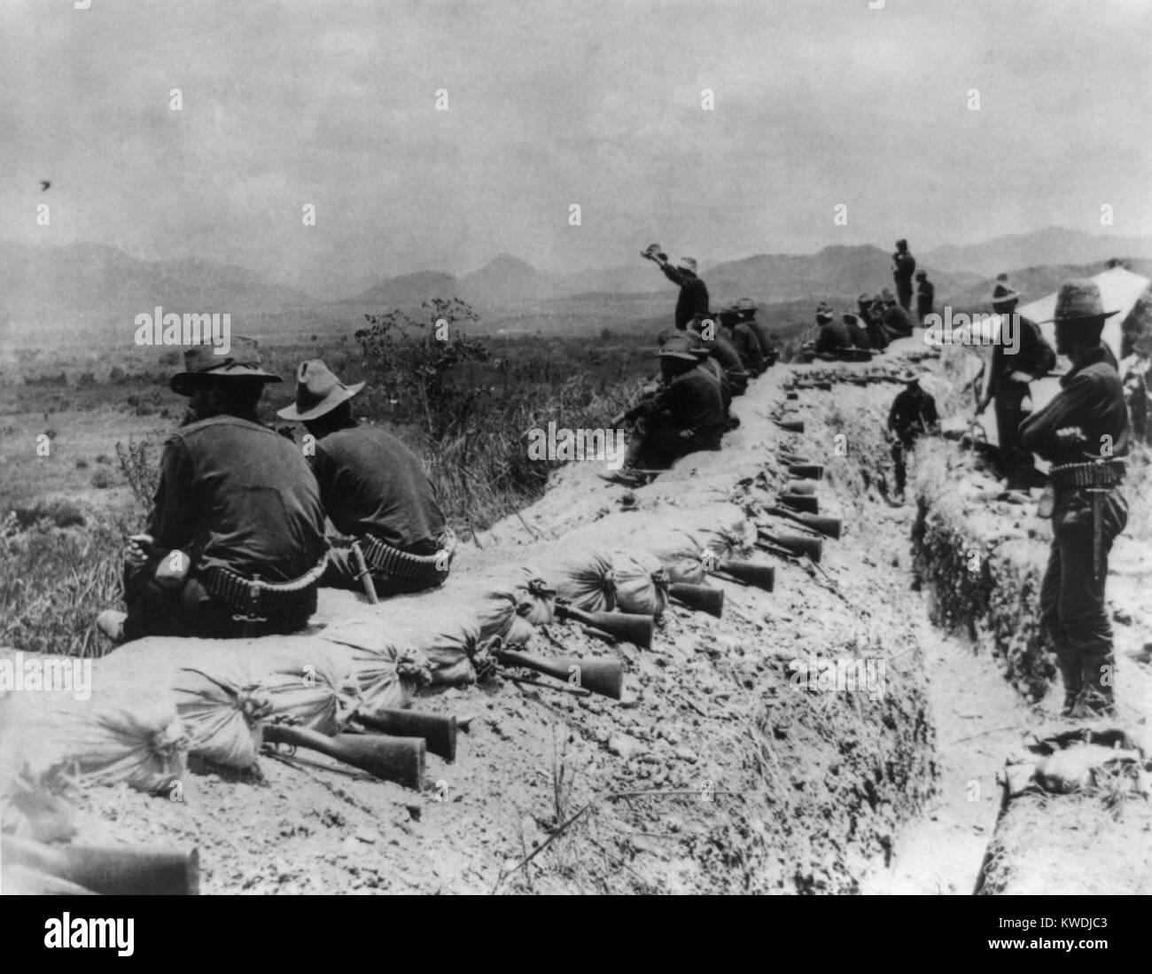 En el American trincheras antes de Santiago durante una tregua, en julio de 1898. Sobre el terreno elevado por encima Imagen De Stock