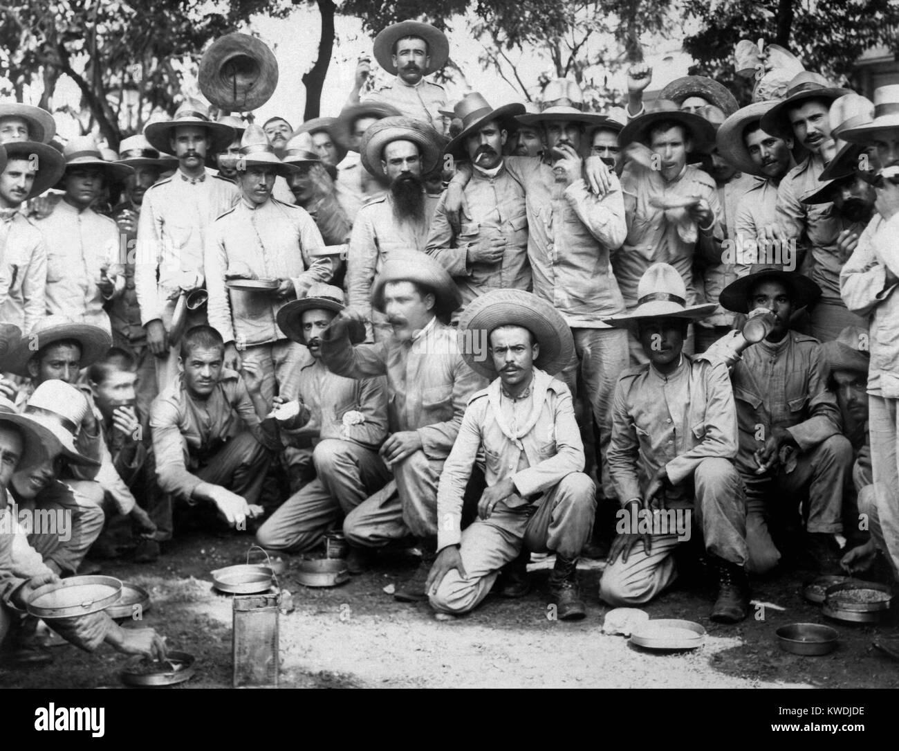 Los prisioneros de guerra españoles comiendo en nosotros el cautiverio en Manila, 1898. Los soldados revolucionario Imagen De Stock