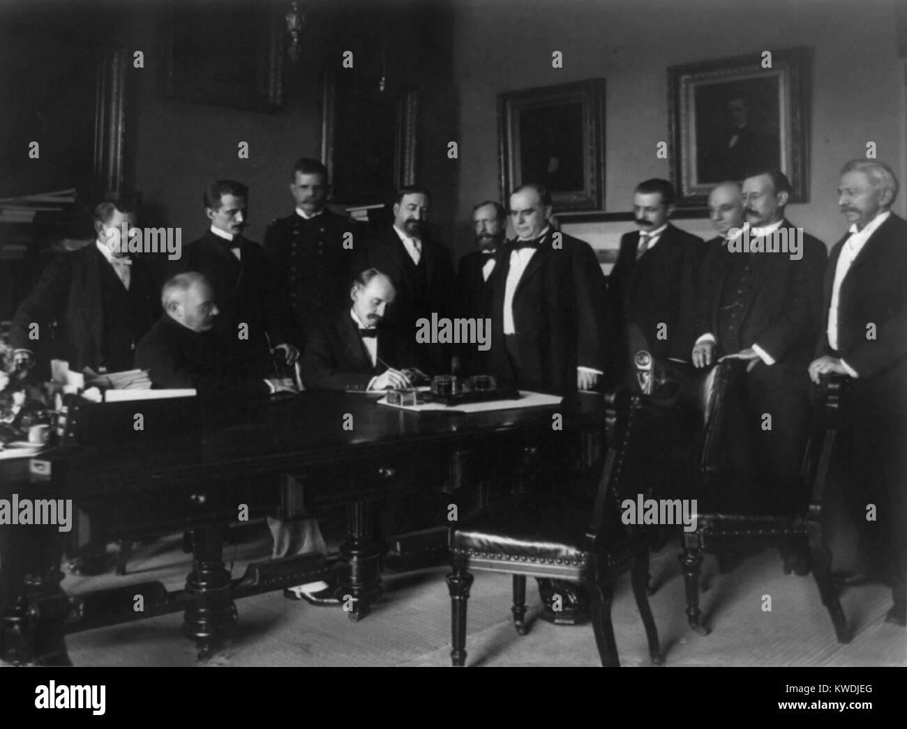 William R. Day firma del protocolo de paz de la Guerra Hispano-Americana, el 12 de agosto del 1898. El presidente Imagen De Stock