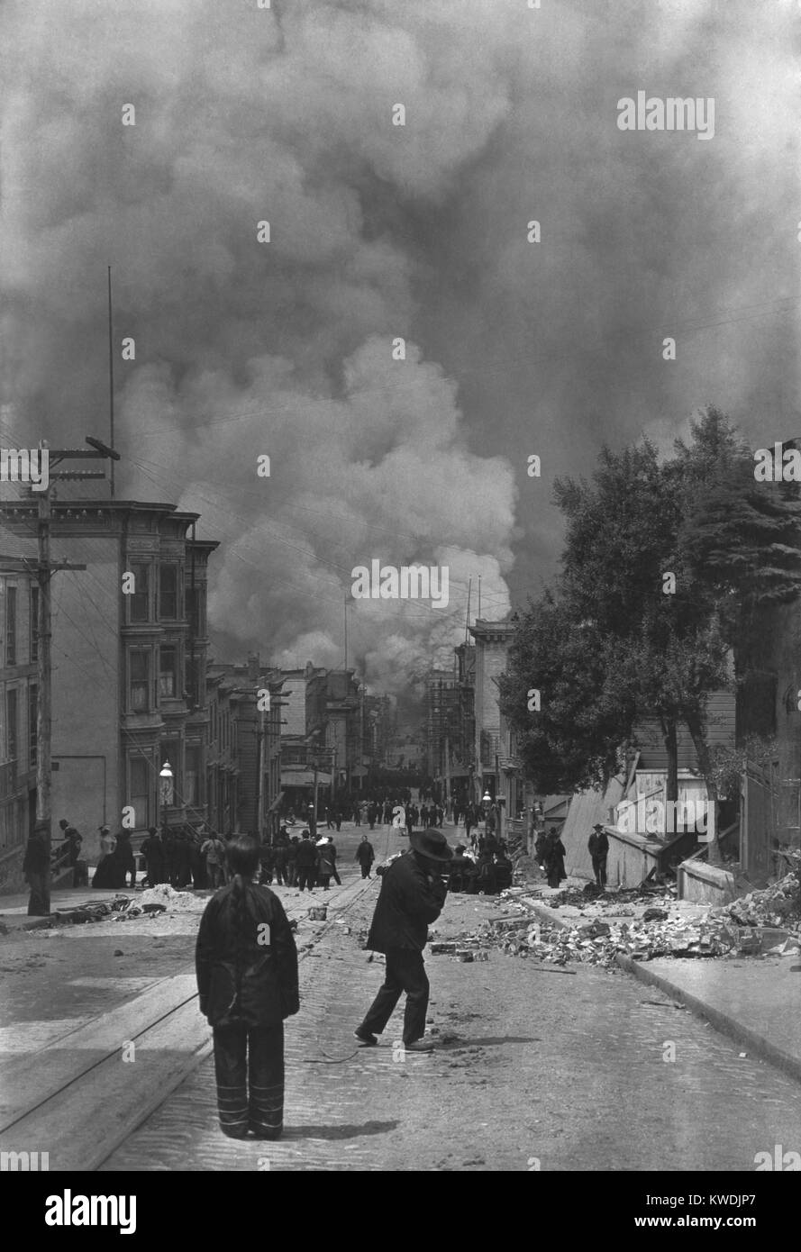 Los residentes chinos de San Francisco, mirando el fuego tras el terremoto del 18 de abril de 1906. En la distancia Foto de stock