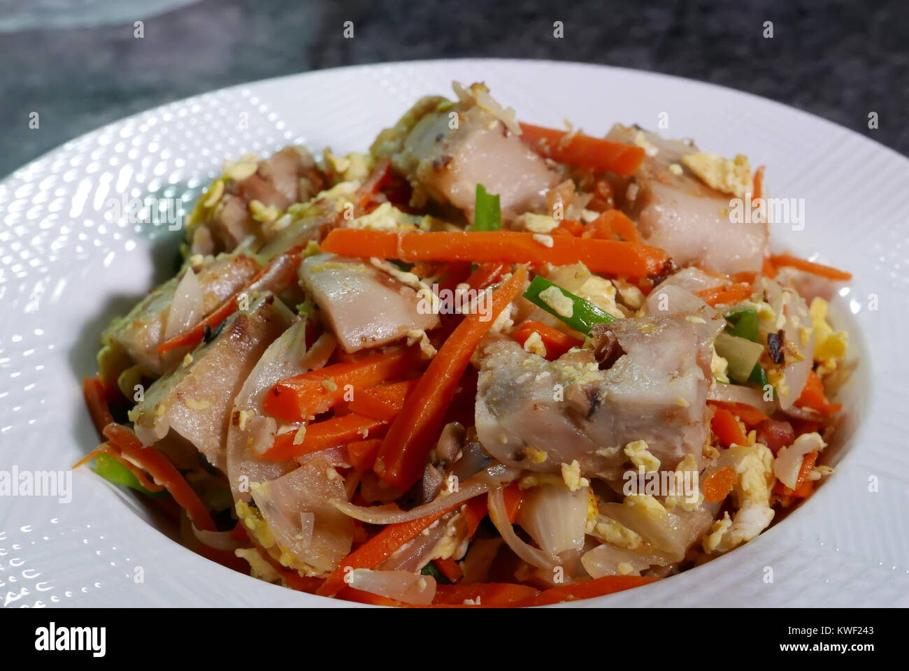Cocina China Tradicional | Cerca De Taro Chino Frito Pastel Sobre Tabla De Cocina China