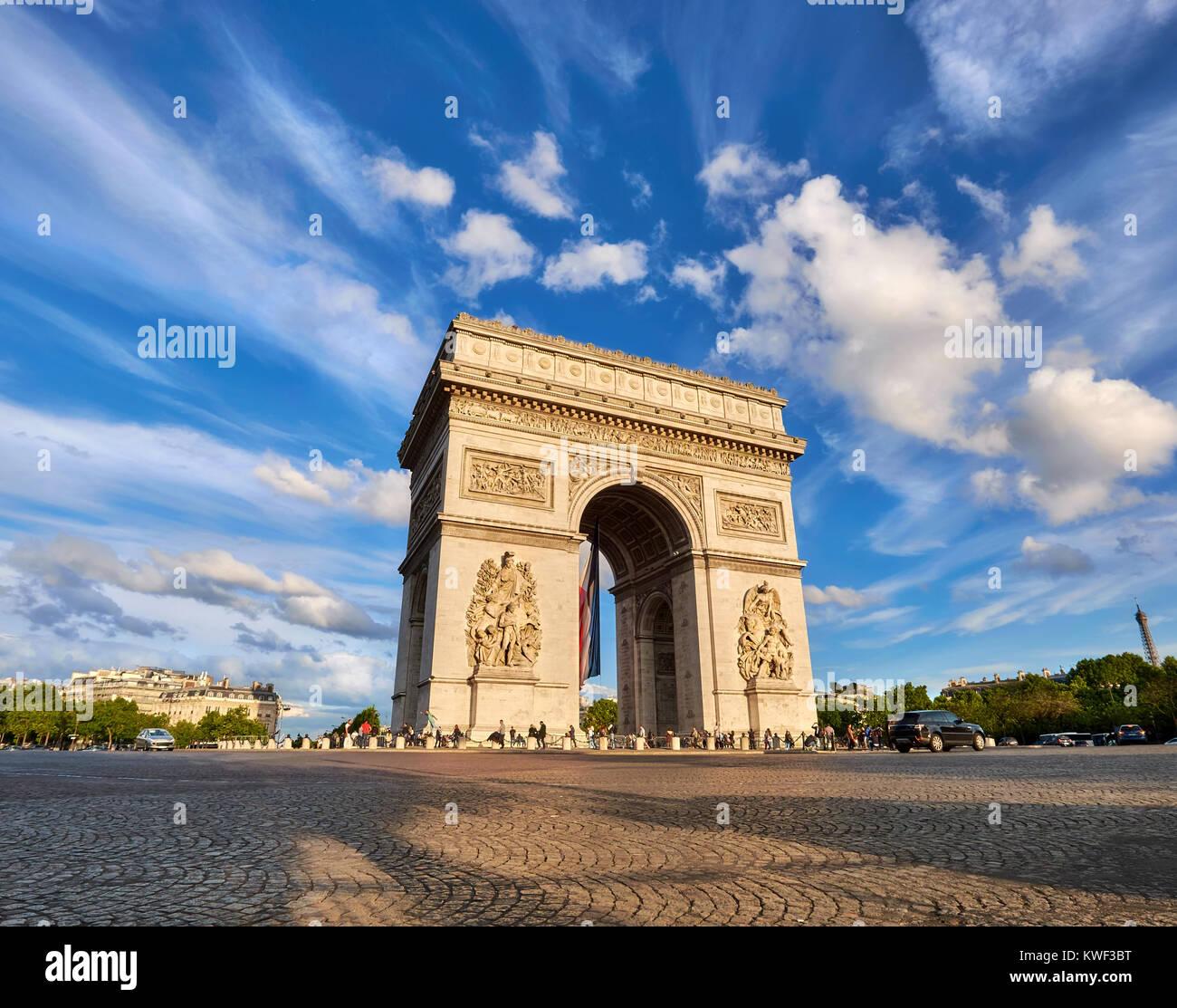 Arco de Triunfo en París, Francia, en una tarde con plumas brillantes nubes detrás, imagen panorámica. Imagen De Stock