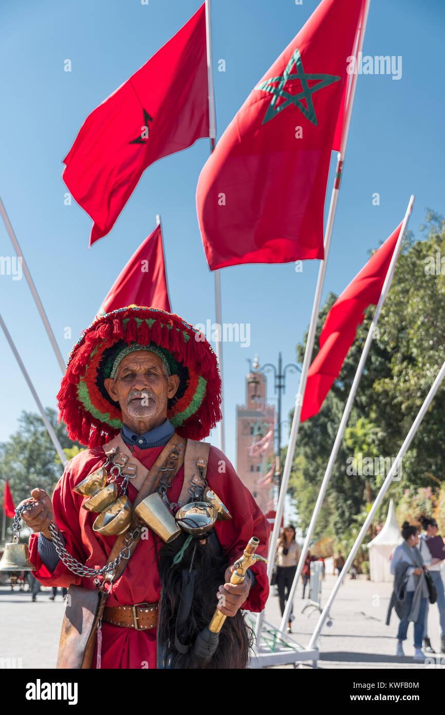 Vendedor de agua tradicional y de la Koutoubia con bandera marroquí. Imagen De Stock
