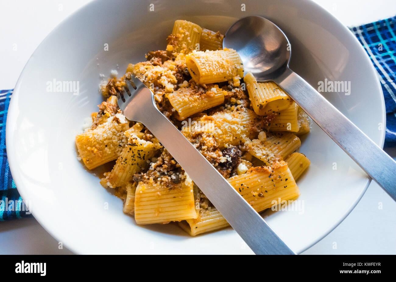 Rigatoni boloñesa, grandes tubos de pasta con una sabrosa salsa de carne y queso parmesano. Imagen De Stock