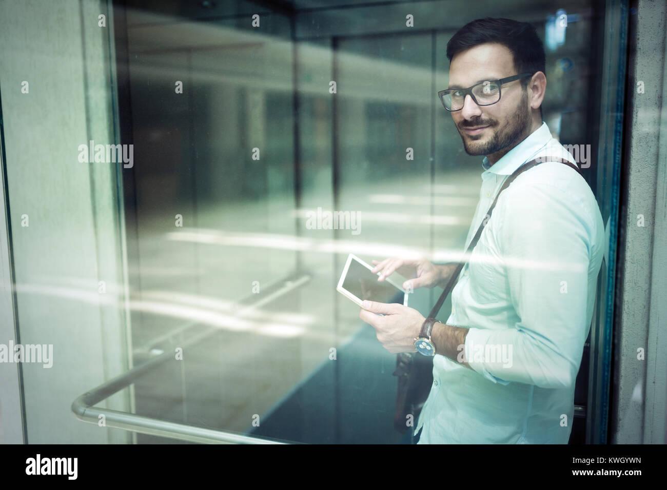 Apuesto joven empresario usando su tableta digital Imagen De Stock