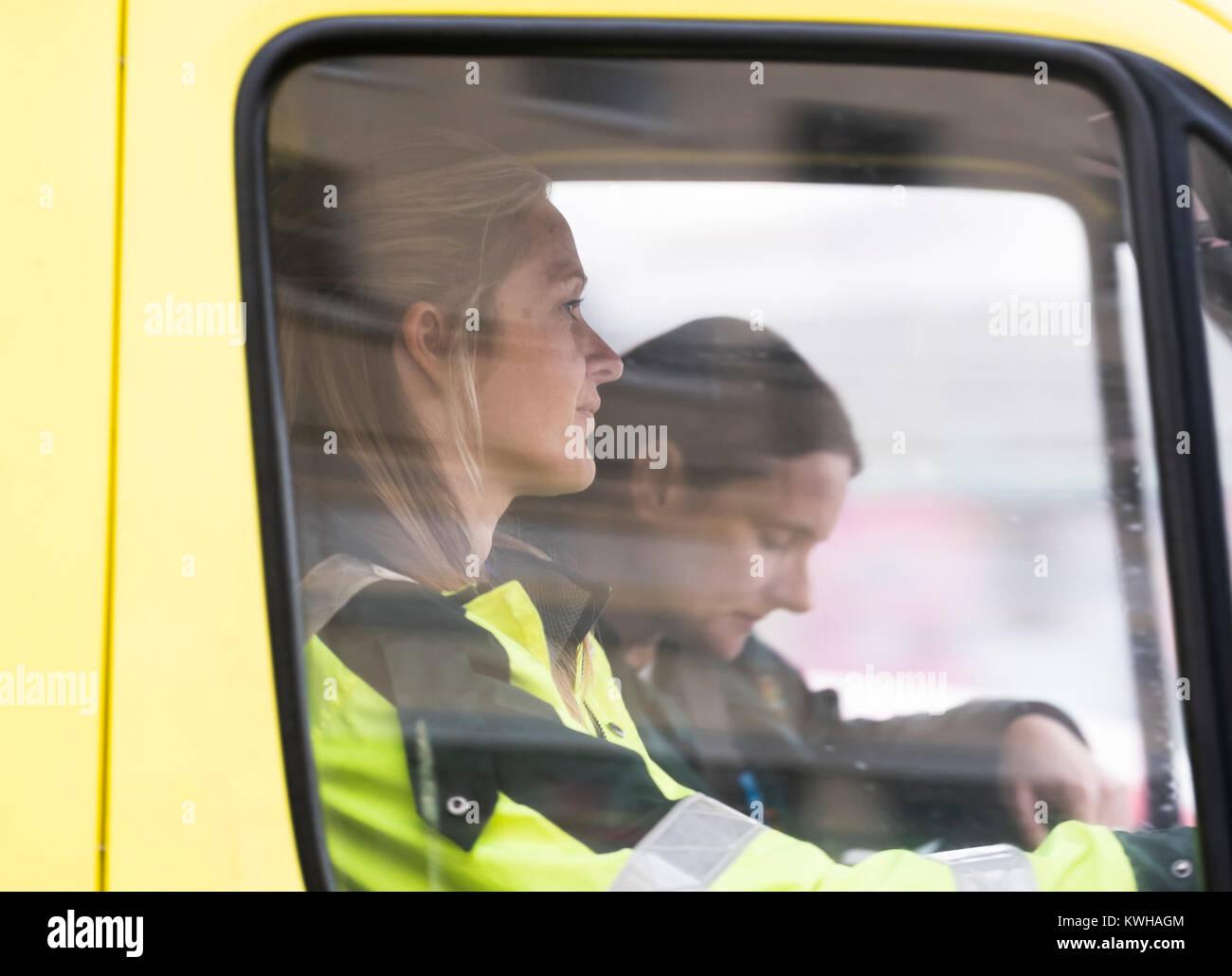 Mujeres paramédicos y conductor de ambulancia del NHS en Inglaterra, Reino Unido. Imagen De Stock