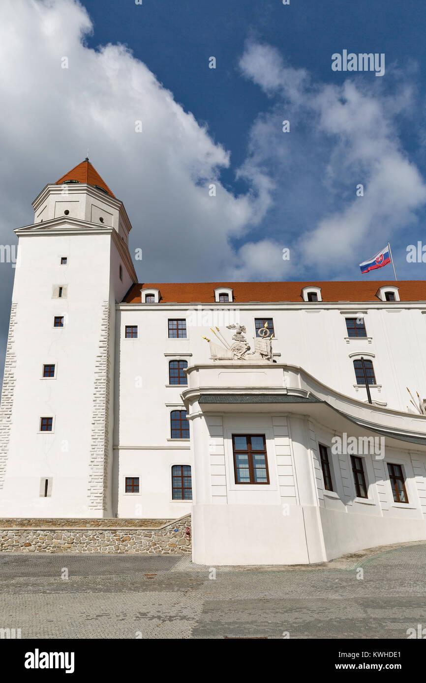 Castillo medieval en la cima de la colina en Bratislava, Eslovaquia. Foto de stock