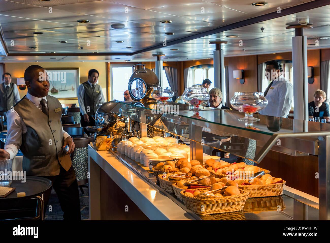 Comedor; barco de pasajeros Ocean Adventurer lleva montañismo alpino esquiadores a la Antártida. Imagen De Stock