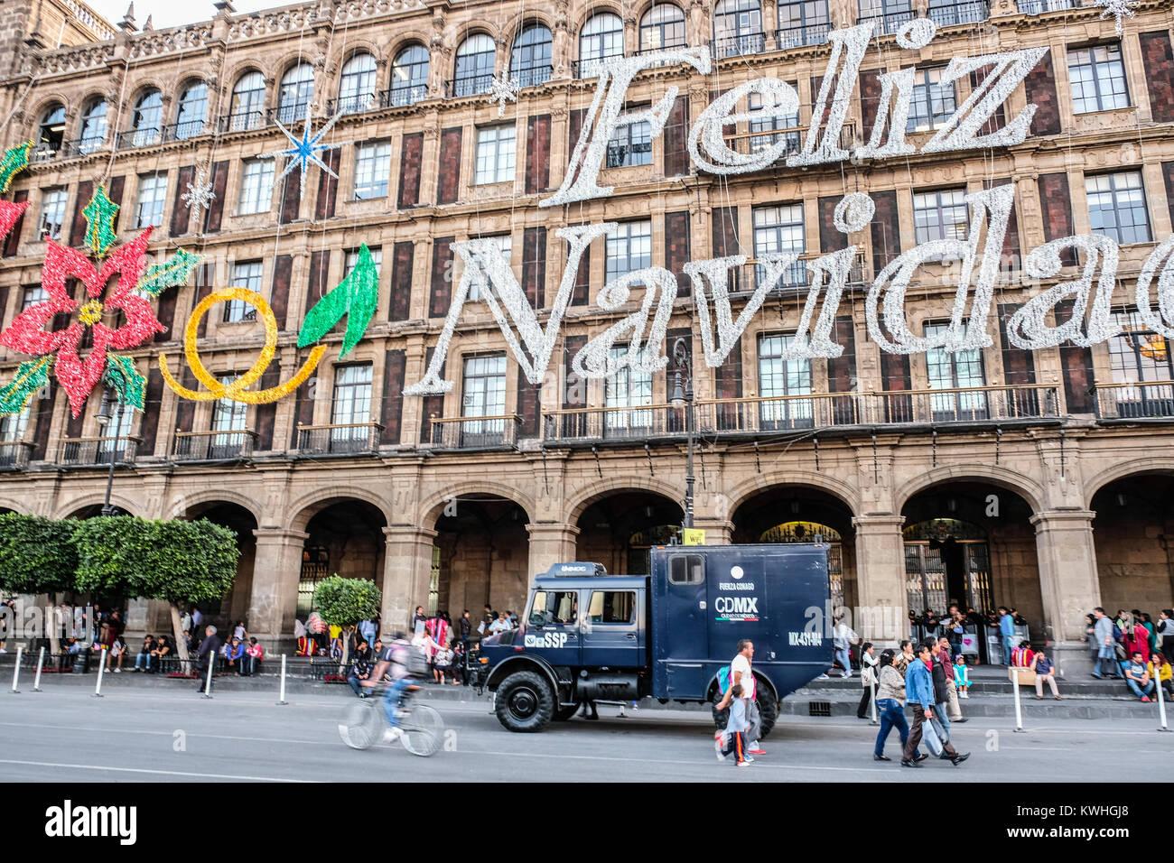 Feliz Navidad gigante signo en construcción en el zócalo, plaza principal de la Ciudad de México Imagen De Stock