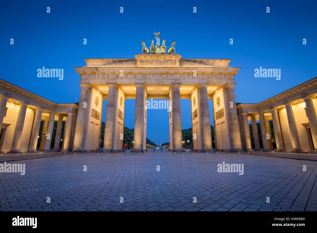 Vista clásica de Brandenburger Tor (Puerta de Brandenburgo), uno de los hitos más conocidos y los símbolos Imagen De Stock