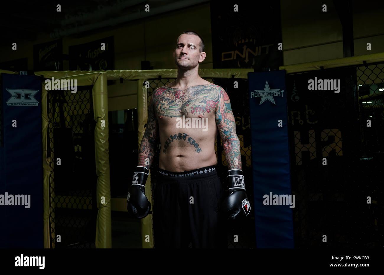 Ex luchador de la WWF, CM Punk (Phil Brooks), fotografiado tras su rutina de ejercicios en el gimnasio y MMA Academia Foto de stock