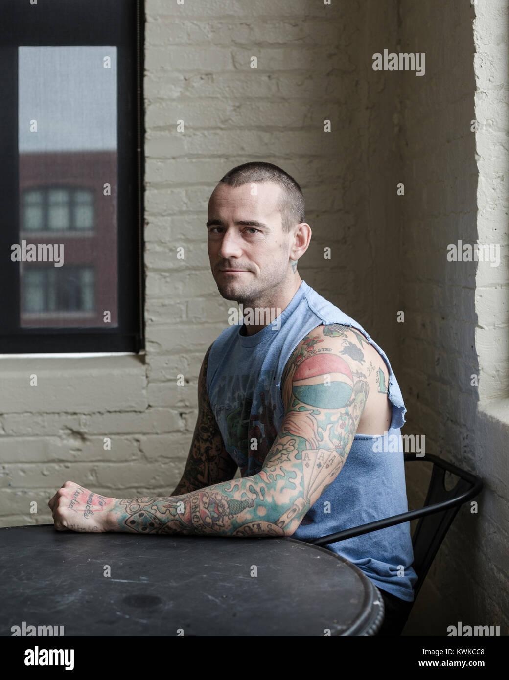 Un retrato de CM Punk, ex luchador de WWE, fotografiado en su apartamento. Foto de stock
