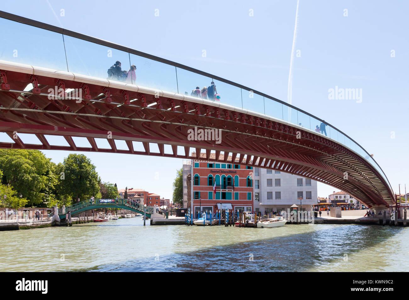 Puente de Calatrava, el Ponte della Costituzione, Grand Canal mirando hacia Piazzale Roma y Rio Novo con los Giardini Imagen De Stock