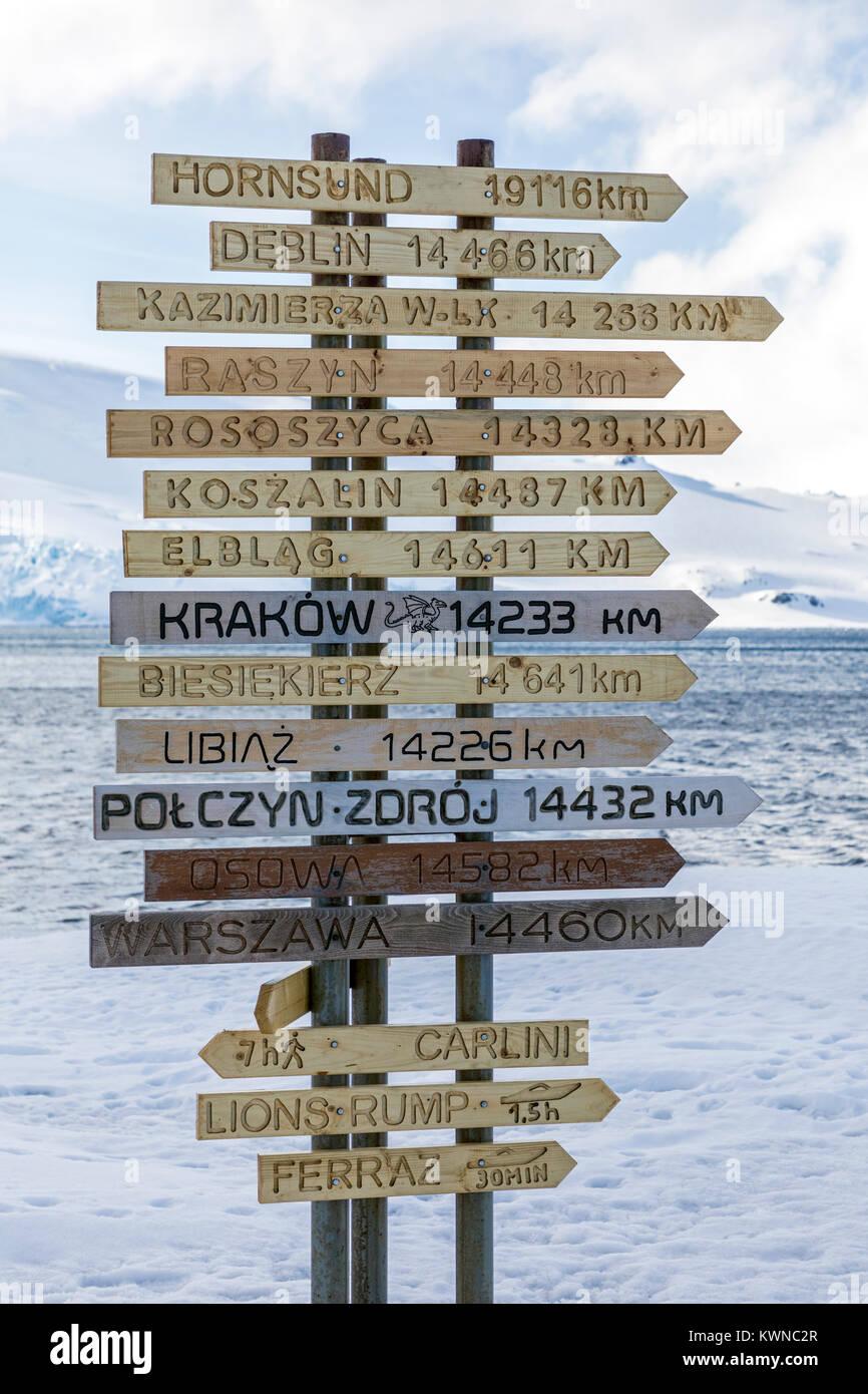 Señalización de distancia a partes del mundo; la estación Arctowski Polaco de Investigación; Imagen De Stock