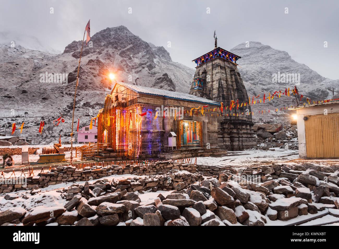 Kedarnath templo en la noche, es un templo hindú dedicado a Shiva, India. Foto de stock