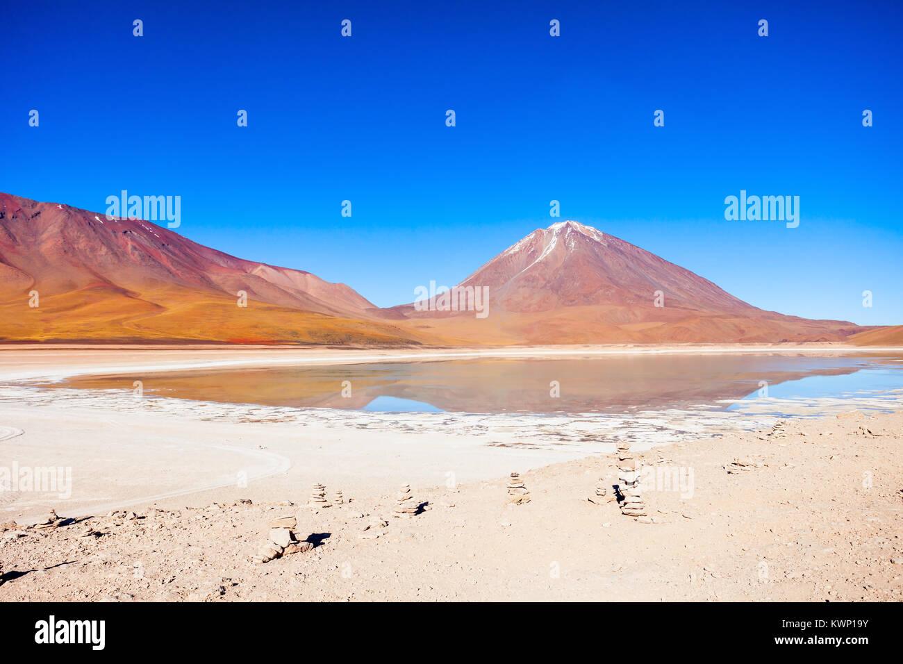 El volcán Licancabur y Laguna Verde (Green Lake) en el Altiplano, Bolivia Imagen De Stock