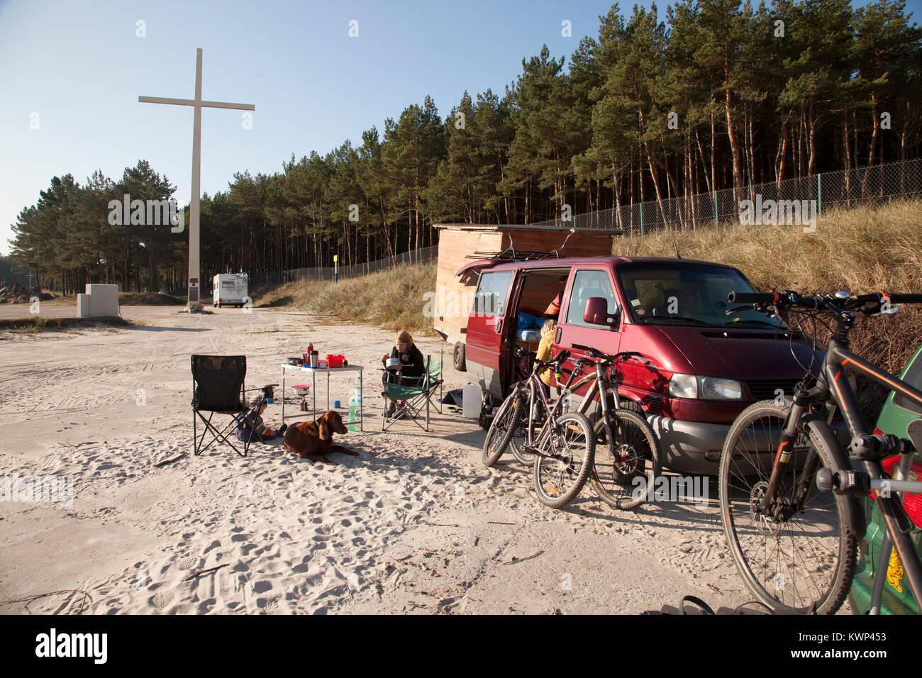 Parque Nacional SLOWINSKI, en Polonia. Paisaje formado por dunas móviles y viejos árboles secos es considerado Imagen De Stock