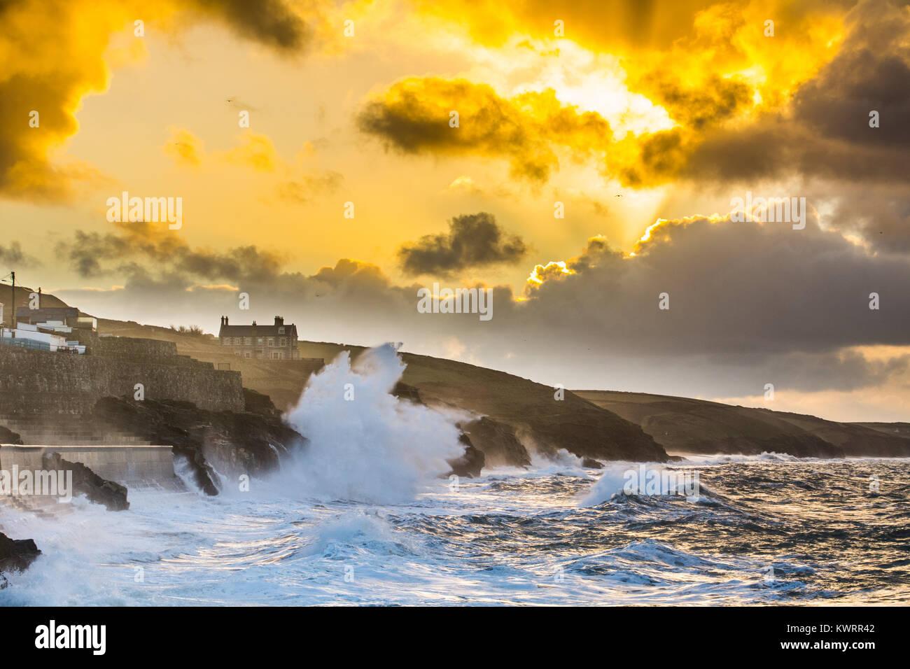 Porthleven, Cornualles, en el Reino Unido. 5 de enero, 2018. El clima del Reino Unido. Los vientos del oeste continúe empujando las enormes olas en Porthleven en la costa sur oeste de Cornualles esta mañana al amanecer, antes de que la ronda de giro de los vientos del noreste. El acantilado entre Porthleven y Loe Bar está cerrado hoy debido a la caída de un gran acantilado. Grandes olas siguen causando daño permanente. Crédito: Simon Maycock/Alamy Live News Foto de stock