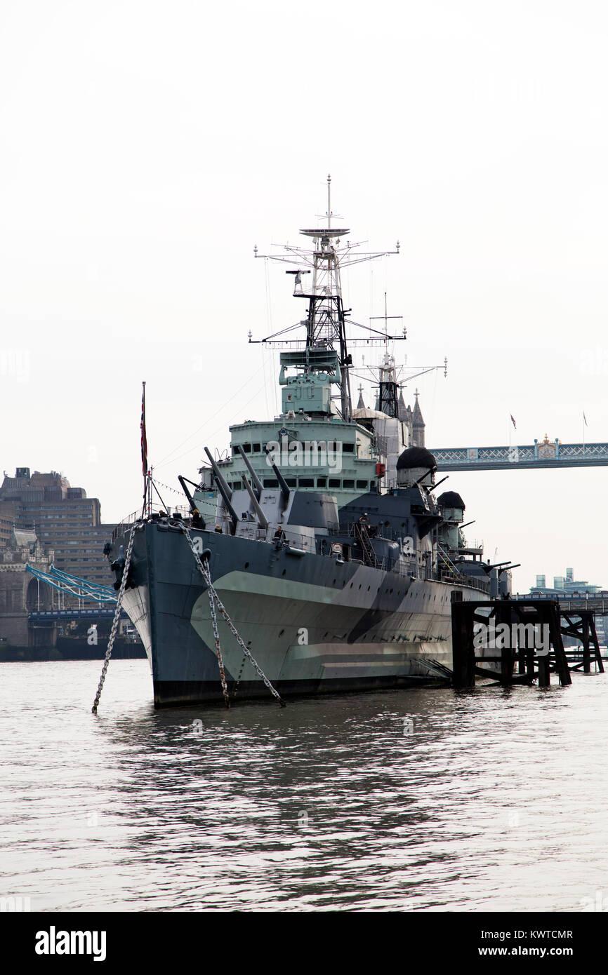 HMS Belfast sobre el Río Támesis en Londres, Inglaterra. El HEAVY CRUISER es parte del Imperial War Museums. Foto de stock