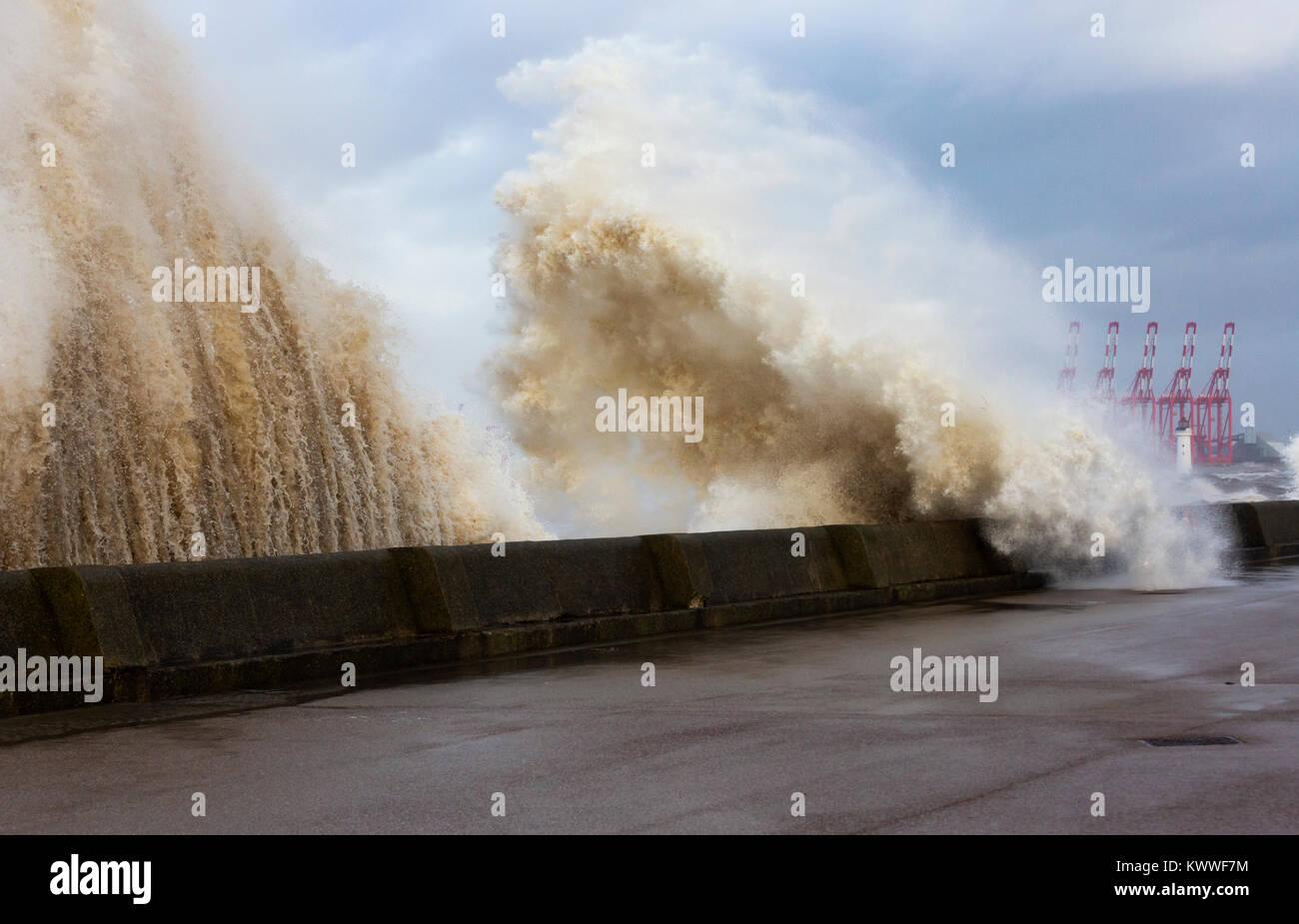 El mar embravecido en New Brighton durante la tormenta Sra. Eleanore Foto de stock
