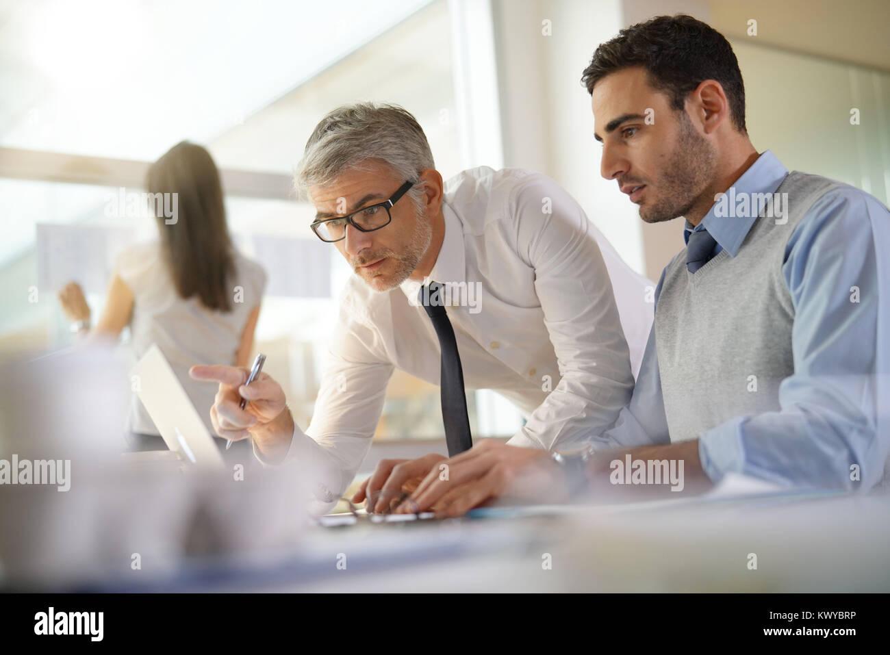 La gente financiera trabajando juntos sobre presupuesto en Office Foto de stock