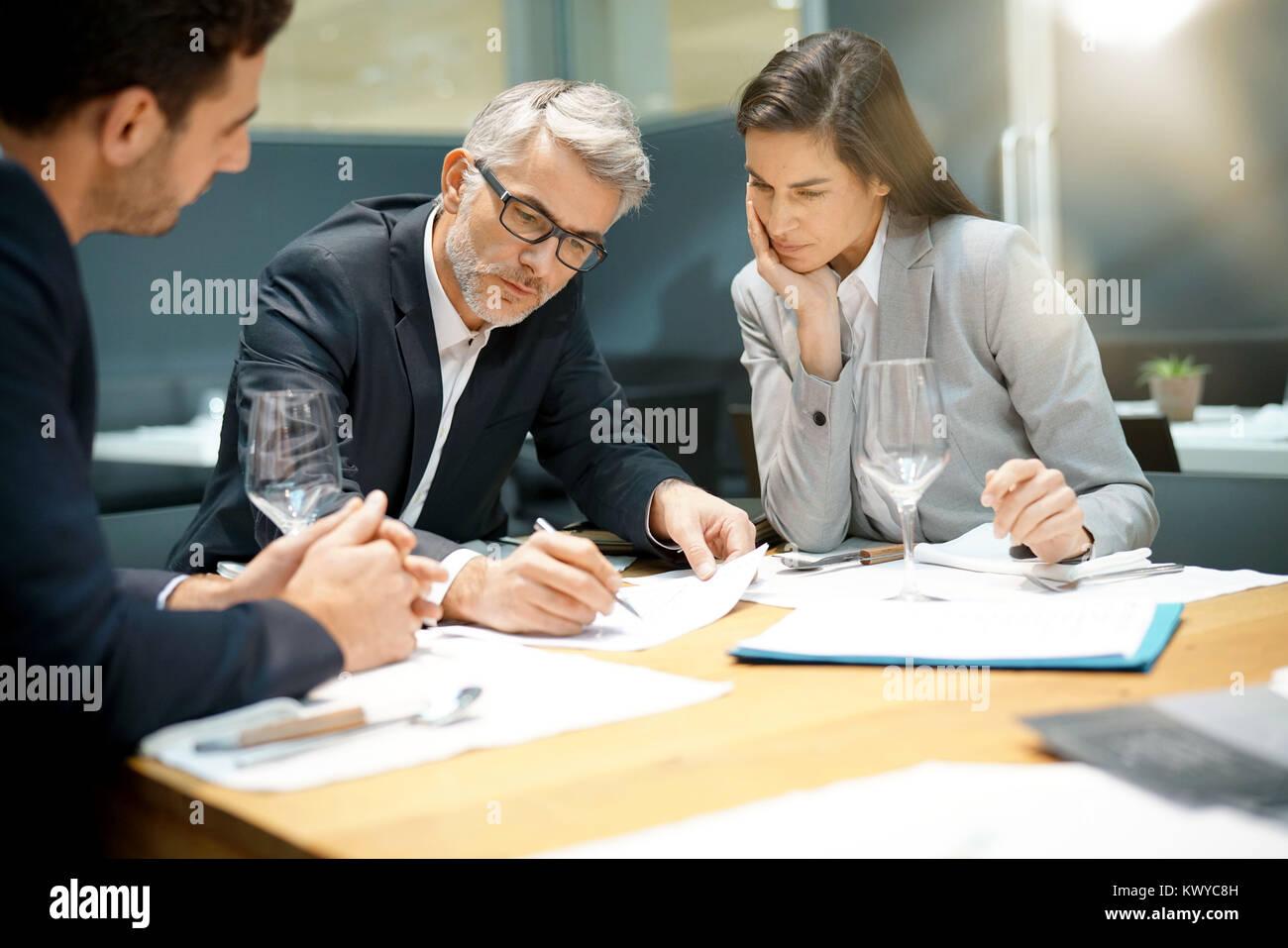 La gente ejecutiva informe doing business presentación en restaurante Foto de stock