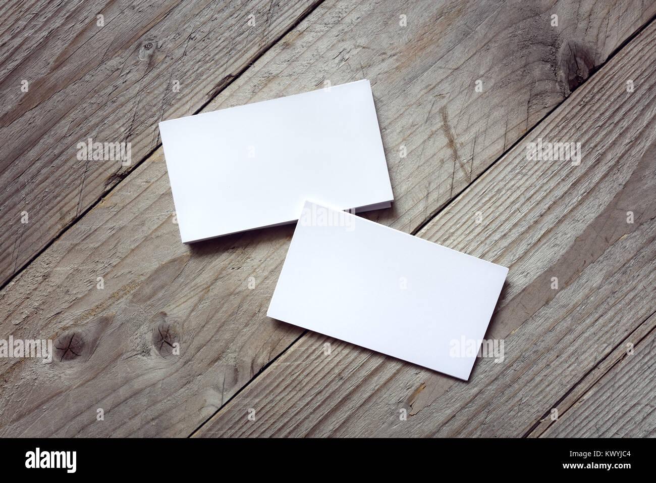 Plantilla de tarjeta de identidad de marca sobre fondo de madera ...