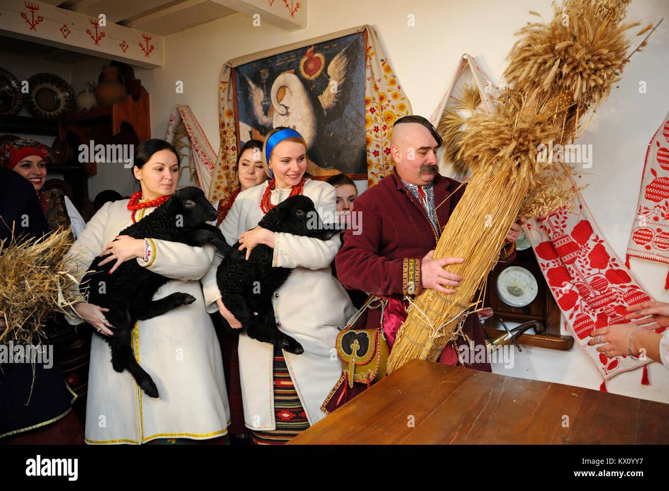 Las mujeres con vestimentas nativas con ovejas celebrar la Nochebuena. Reconstrucción de las tradiciones folklóricas Imagen De Stock