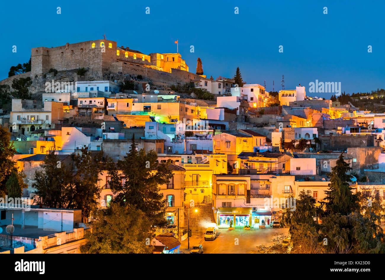 Skyline nocturno de El Kef, una ciudad en el noroeste de Túnez Imagen De Stock