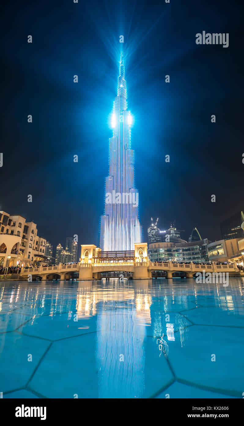 Luz y colorido espectáculo láser en el centro de Dubai. Dubai, Emiratos Árabes Unidos. Imagen De Stock