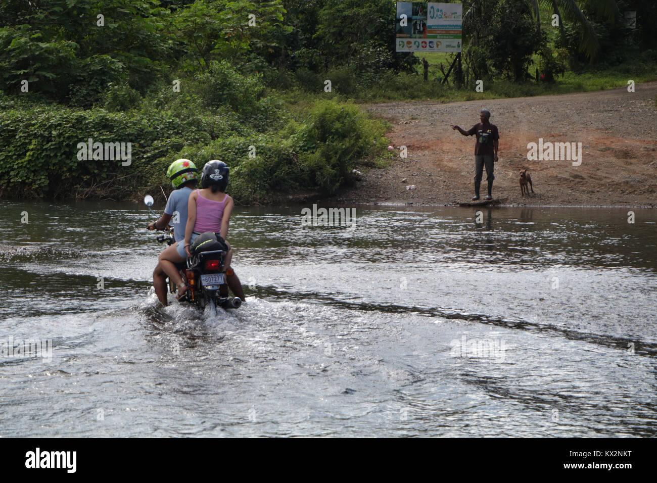 Coche cruzar el río cerca de Bahía Drake, Península de Osa, Costa Rica Foto de stock