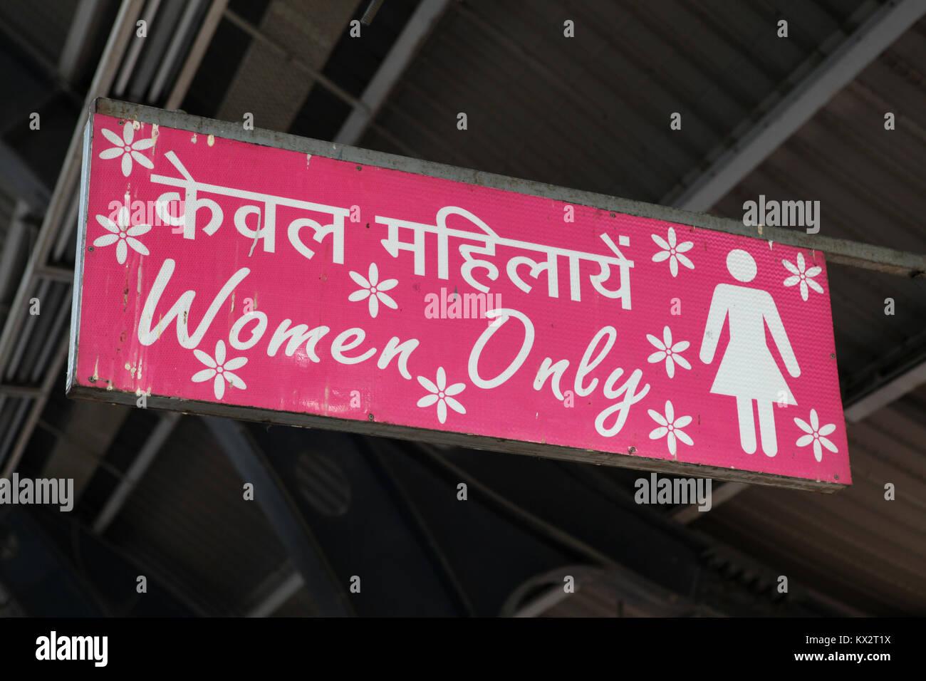 Sólo una mujer (signo de carros que son para las mujeres) en una estación de metro en Nueva Delhi, India Imagen De Stock
