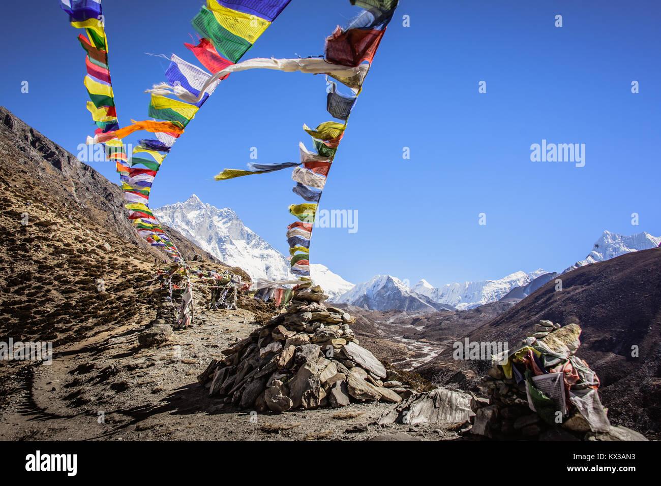Banderas de oración guiando el camino hasta el campamento base del Everest Nepal Imagen De Stock