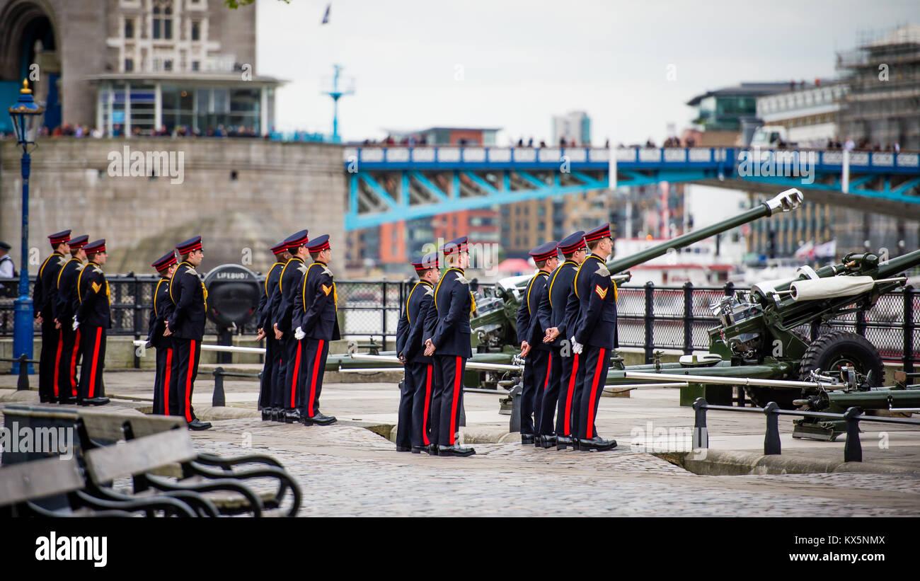 La Honorable Compañía de artillería de soporte a la atención durante el cumpleaños de Queens Imagen De Stock