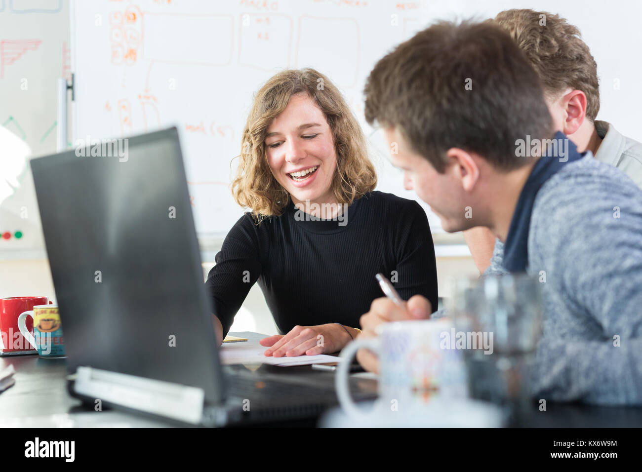 Es relajado e informal Inicio Empresa Empresa Equipo reunión. Imagen De Stock