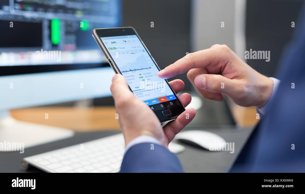 Cerca del empresario mediante Mobile teléfono inteligente. Foto de stock