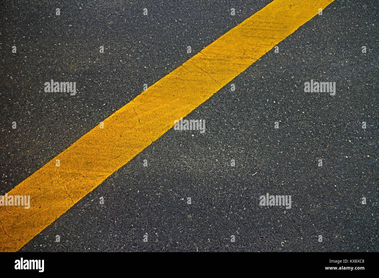 Asfalto de fotograma completo con una sola línea amarilla en ...