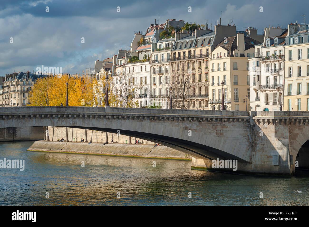 París, típico de la arquitectura del siglo XIX, edificios de apartamentos frente al río Sena en la Île St-Louis en París, Francia. Foto de stock
