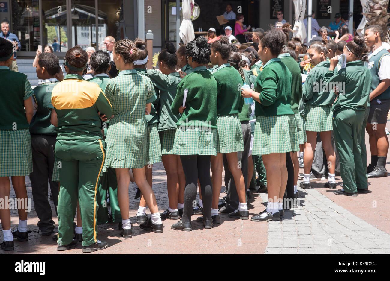 V&A Waterfront Cape Town South Africa. De diciembre de 2017. Los niños de la escuela en el área ribereña Imagen De Stock
