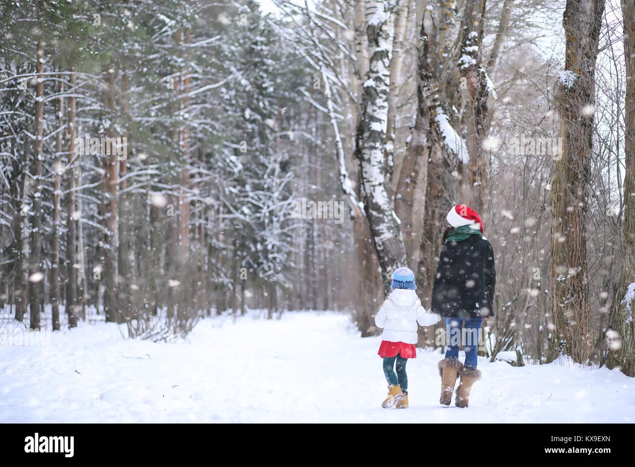 Un cuento de invierno, una joven madre y su hija andar en trineo Imagen De Stock